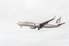 ЛОНДОН, АНГЛИЯ - 22-ОЕ АВГУСТА 2016: Авиакомпании Боинг 737 Maroc воздуха CN-RGG королевские приземляясь в авиапорт Хитроу, Лондо стоковая фотография