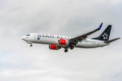ЛОНДОН, АНГЛИЯ - 22-ОЕ АВГУСТА 2016: Ливрея Боинг 737 союзничества звезды LN-RRL SAS приземляясь в авиапорт Хитроу, Лондон Стоковое Фото