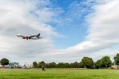 ЛОНДОН, АНГЛИЯ - 22-ОЕ АВГУСТА 2016: Ливрея Боинг 737 союзничества звезды LN-RRL SAS приземляясь в авиапорт Хитроу, Лондон Стоковые Фото