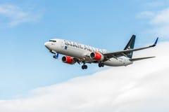 ЛОНДОН, АНГЛИЯ - 22-ОЕ АВГУСТА 2016: Ливрея Боинг 737 союзничества звезды LN-RRL SAS приземляясь в авиапорт Хитроу, Лондон Стоковые Изображения RF