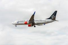 ЛОНДОН, АНГЛИЯ - 22-ОЕ АВГУСТА 2016: Ливрея Боинг 737 союзничества звезды LN-RRL SAS приземляясь в авиапорт Хитроу, Лондон Стоковое Изображение RF