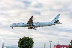 ЛОНДОН, АНГЛИЯ - 22-ОЕ АВГУСТА 2016: Ливрея Боинг 777 союзничества звезды 9V-SWI Сингапоре Аирлинес приземляясь в авиапорт Хитроу Стоковые Фотографии RF