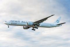 ЛОНДОН, АНГЛИЯ - 22-ОЕ АВГУСТА 2016: Ливрея Боинг 777 союзничества звезды 9V-SWI Сингапоре Аирлинес приземляясь в авиапорт Хитроу Стоковое Изображение