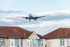ЛОНДОН, АНГЛИЯ - 22-ОЕ АВГУСТА 2016: Ливрея Боинг 777 союзничества звезды 9V-SWI Сингапоре Аирлинес приземляясь в авиапорт Хитроу Стоковые Фото