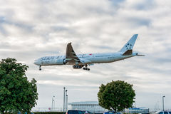 ЛОНДОН, АНГЛИЯ - 22-ОЕ АВГУСТА 2016: Ливрея Боинг 777 союзничества звезды 9V-SWI Сингапоре Аирлинес приземляясь в авиапорт Хитроу Стоковые Изображения