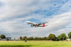ЛОНДОН, АНГЛИЯ - 22-ОЕ АВГУСТА 2016: Посадка аэробуса A340 EC-IOB Iberia Airlines в авиапорте Хитроу, Лондоне стоковые фотографии rf