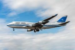 ЛОНДОН, АНГЛИЯ - 22-ОЕ АВГУСТА 2016: 9K-ADE Kuwait Airways Боинг 747 приземляясь в авиапорт Хитроу стоковая фотография