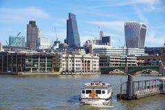 ЛОНДОН АНГЛИЯ 10-ОЕ АПРЕЛЯ 2017: Город Лондона одного ведущих центров глобальных финансов Этот взгляд включает башню 42 стоковые фото