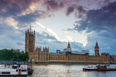 ЛОНДОН, АНГЛИЯ - 16-ОЕ ИЮНЯ 2016: Взгляд парламента Великобритании, дворец захода солнца Вестминстера, Лондон, Великобритания Стоковое фото RF