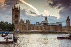 ЛОНДОН, АНГЛИЯ - 16-ОЕ ИЮНЯ 2016: Взгляд парламента Великобритании, дворец захода солнца Вестминстера, Лондон, Великобритания Стоковое Изображение