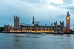 ЛОНДОН, АНГЛИЯ - 16-ОЕ ИЮНЯ 2016: Взгляд парламента Великобритании, дворец захода солнца Вестминстера, Лондон, Англия Стоковые Фото