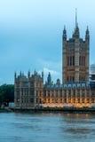 ЛОНДОН, АНГЛИЯ - 16-ОЕ ИЮНЯ 2016: Взгляд парламента Великобритании, дворец захода солнца Вестминстера, Лондон, Англия Стоковое Изображение