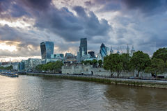 ЛОНДОН, АНГЛИЯ - 15-ОЕ ИЮНЯ 2016: Горизонт ночи Лондона от моста башни, Великобритании Стоковое Изображение