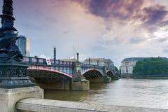 ЛОНДОН, АНГЛИЯ - 16-ОЕ ИЮНЯ 2016: Заход солнца моста Lambeth, Лондона, Англии Стоковая Фотография RF