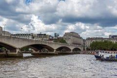ЛОНДОН, АНГЛИЯ - 15-ОЕ ИЮНЯ 2016: Мост Ватерлоо и Река Темза, Лондон, Англия Стоковые Фотографии RF