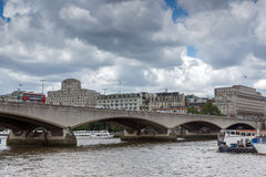 ЛОНДОН, АНГЛИЯ - 15-ОЕ ИЮНЯ 2016: Мост Ватерлоо и Река Темза, Лондон, Англия Стоковое Изображение