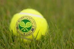 ЛОНДОН, АНГЛИЯ 22-ОЕ ИЮНЯ 2009: Официальный теннисный мяч Стоковые Фото