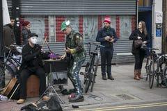 ЛОНДОН, АНГЛИЯ - 12-ое июля 2016 Shoreditch, Лондон: музыканты улицы на рынке цветка дороги Колумбии Стоковые Изображения RF