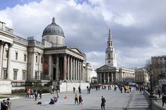 Лондон, Англия: 7-ое марта 2018: Взгляд национальной галереи с квадратом Trafalgar, туристическая достопримечательность в централ стоковое фото rf