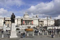 Лондон, Англия: 7-ое марта 2018: Вид спереди квадрата Trafalgar с толпой туристов и национальной галереи на заднем плане стоковое изображение