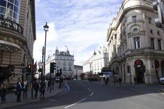 Лондон, Англия: 9-ое марта 2018: Цирк Piccadilly в Лондоне с пешеходами и облачным небом стоковое изображение