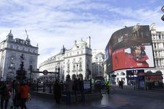 Лондон, Англия: 9-ое марта 2018: Цирк Piccadilly в Лондоне с пешеходами и облачным небом стоковая фотография