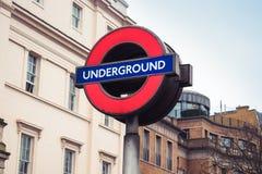 Лондон/Англия: 02 07 2017 подземный знак, логотип перед входом трубки Стоковое Изображение RF