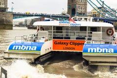 Лондон, Великобритания Автобус реки 12-ое апреля 2019 Взгляд автобуса реки клипера MBNA Темза на Темза стоковое изображение rf