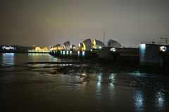 Лондон Великобритания 02/12/2017 Барьеры потока реки тем Стоковые Фото