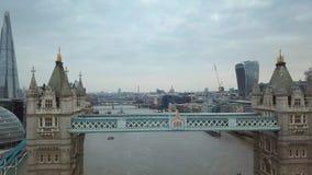 Лондон, Великобритания - вид с воздуха 4K известного моста башни на пасмурном утре с небоскребами сток-видео