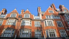 ЛОНДОН, ВЕЛИКОБРИТАНИЯ: Викторианец красного кирпича расквартировывает фасады в городе улицы держателя Вестминстера Стоковая Фотография