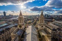 Лондон, Великобритания - воздушный панорамный взгляд Лондона с собором ` s StPaul на заходе солнца Стоковое Фото