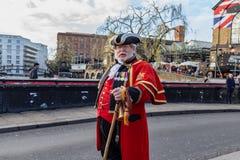 Лондон, Великобритания - 20, декабрь 2018: Человек в форме redcoat пехоты великобританской армии XVIII века идя в городок Camden, стоковое фото rf
