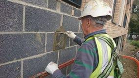 Лондон Великобритания 27 09 2017 Каменщик работая на здании от автотелескопической вышки Стоковые Фотографии RF