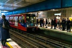 Лондон, Великобритания - 05, март 2019: Канереечная станция ДОЛЛАРА причала в Лондоне, поезде людей ждать на часе пик стоковые фотографии rf