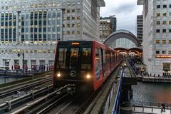 Лондон, Великобритания - 05, март 2019: Поезд приезжая к канереечной станц стоковые фото