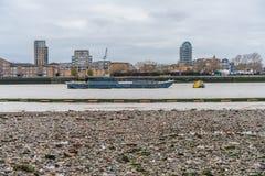 Лондон, Великобритания - 05, март 2019: Порт баржи власти Лондона используемой для транспорта кусковых материалов и отхода для по стоковое фото