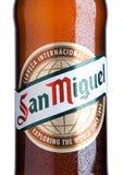 ЛОНДОН, ВЕЛИКОБРИТАНИЯ НОЯБРЬ 2016: Холодная бутылка пива San Miguel Бренд San Miguel пива ведущий бренд Br San Miguel Стоковое Фото