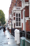 ЛОНДОН, ВЕЛИКОБРИТАНИЯ - 14-ОЕ АВГУСТА 2010: неопознанная женщина идет в st Стоковые Фото
