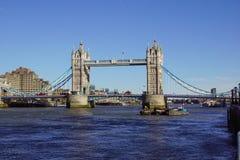 ЛОНДОН, ВЕЛИКОБРИТАНИЯ - 9-ОЕ АПРЕЛЯ: Мост башни в Лондоне 9-ого апреля 2017 Мост башни Bascule над Рекой Темза внутри Стоковые Фото