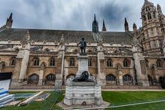 ЛОНДОН, ВЕЛИКОБРИТАНИЯ - 9-ОЕ АПРЕЛЯ 2013: Одна сторона великобританских парламента и статуи Оливер Кромвель с загородкой констру Стоковые Изображения