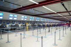 ЛОНДОН, ВЕЛИКОБРИТАНИЯ - 12-ое апреля 2015: Интерьер с пустой регистрацией выравнивается на авиапорте Лутон в Лондоне стоковые фотографии rf