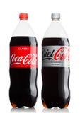 ЛОНДОН, ВЕЛИКОБРИТАНИЯ - 9-ОЕ ИЮНЯ 2017: Бутылки безалкогольного напитка кока-колы на белизне Кока-кола Компания, американский мн Стоковая Фотография