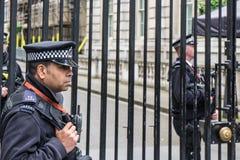 ЛОНДОН Великобритания - 4-ое июня 2017: Вооруженная полиция защищает стробы в Даунинг-стрит в Вестминстере, Лондоне Стоковые Изображения RF