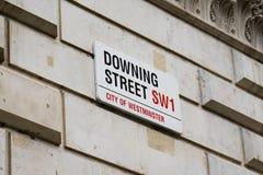 ЛОНДОН Великобритания - 4-ое июня 2017: Знак Даунинг-стрит прикрепленный к стене стробами в Даунинг-стрит в Вестминстере, Лондоне Стоковая Фотография