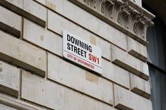 ЛОНДОН Великобритания - 4-ое июня 2017: Знак Даунинг-стрит прикрепленный к стене стробами в Даунинг-стрит в Вестминстере, Лондоне Стоковое Фото