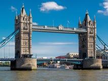 ЛОНДОН, ВЕЛИКОБРИТАНИЯ - 14-ОЕ ИЮНЯ: Мост башни на солнечный день в Лондоне дальше Стоковые Фотографии RF
