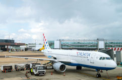 ЛОНДОН, ВЕЛИКОБРИТАНИЯ - 10-ое марта 2015: Аэробус A320 дозаправляя авиакомпаний Хорватии на авиапорте Gatwick в Лондоне, Великоб Стоковое Изображение RF