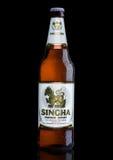 ЛОНДОН, ВЕЛИКОБРИТАНИЯ - 15-ОЕ МАРТА 2017: Бутылка пива на черноте, пива Singha Singha самый популярный в Таиланде, Rayong, Таила Стоковое Изображение