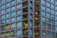 Лондон, Великобритания - 5-ое марта 2019: Взгляд ночи к офисному зданию Morgan Stanley на канереечном причале, районах доков Лонд стоковые фотографии rf